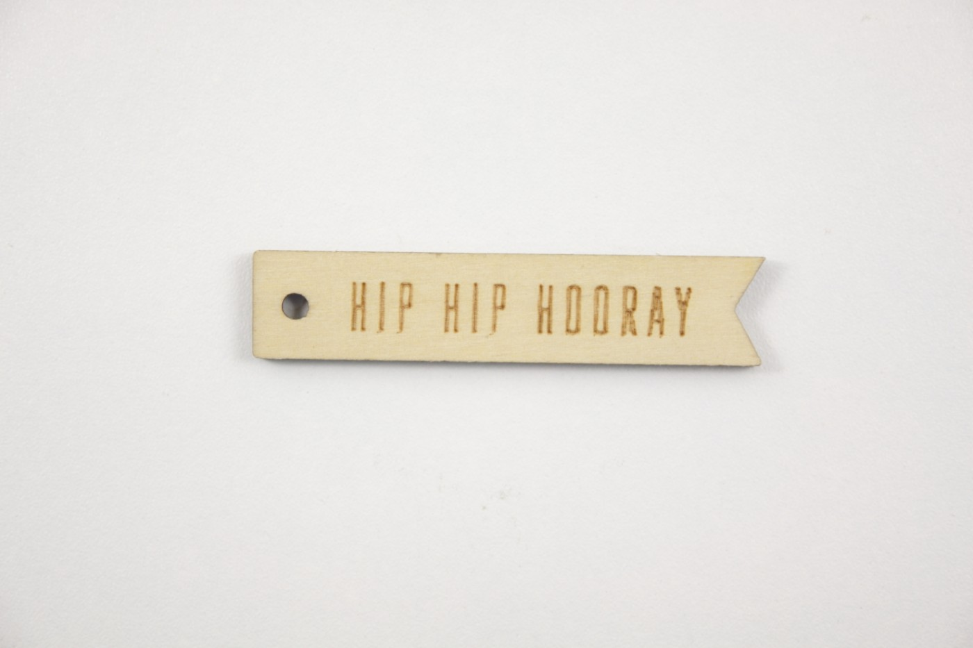 Houten label-hip hip hooray-70x15 mm.jpg